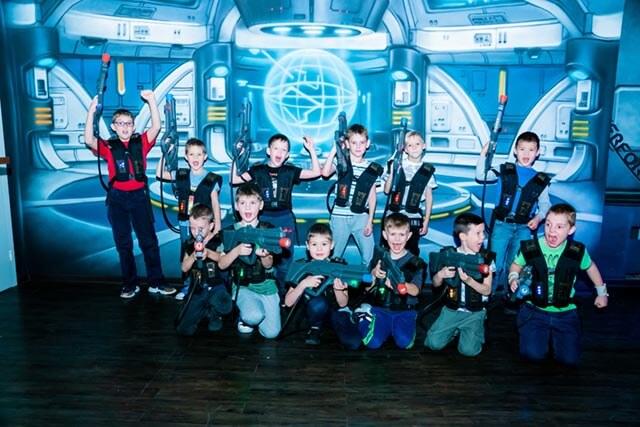 фотография Дети играю в лазертаг на 23 февраля